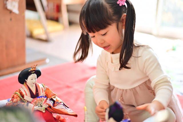 ひな人形と女の子