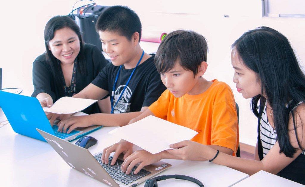 海外の学校で勉強する子供