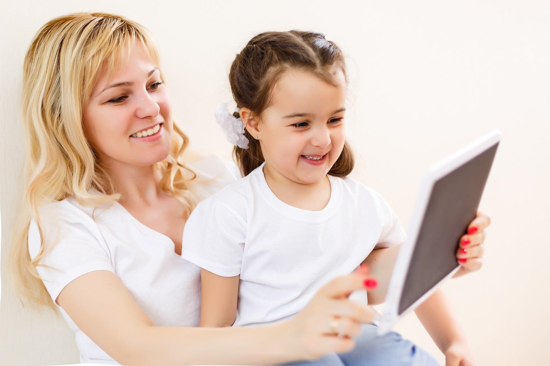 タブレット学習する親子