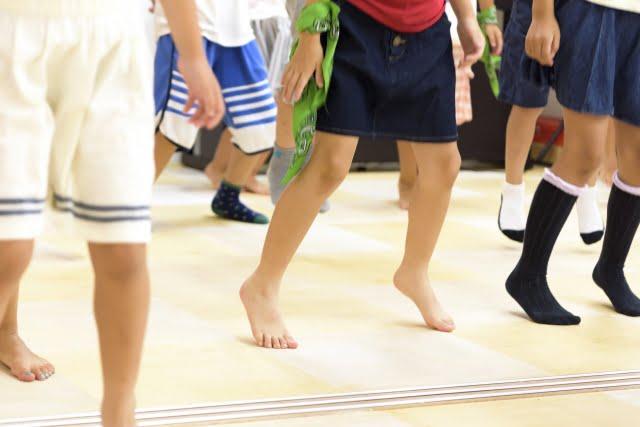 ダンスをする子どもの足